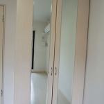 クローゼットの扉には鏡が付いています♪(居間)