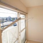 窓枠に収納できる室内物干しが便利!(内装)