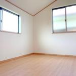 2階洋室。全部屋2面採光で明るいです♪(内装)